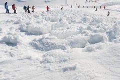 De lawine van de skihelling met skiërs wordt behandeld die Stock Foto