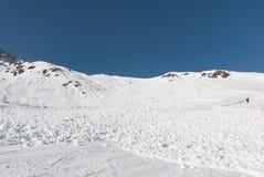 De lawine van de skihelling met skiërs wordt behandeld die Royalty-vrije Stock Fotografie
