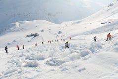 De lawine van de skihelling met skiërs wordt behandeld die Stock Afbeelding