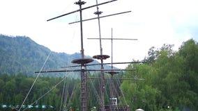De lay-out van het oude schip op het water stock videobeelden