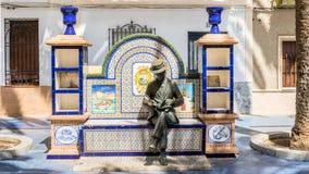 De lectura banco con la statua Immagine Stock