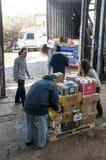 De leden en de vrijwilligers van BookCycle het UK laden een container Royalty-vrije Stock Afbeeldingen