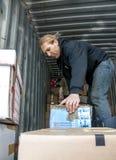 De leden en de vrijwilligers van BookCycle het UK laden een container Royalty-vrije Stock Foto
