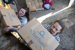 De leden en de vrijwilligers van BookCycle het UK laden een container Royalty-vrije Stock Foto's