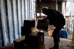 De leden en de vrijwilligers van BookCycle het UK laden een container Stock Fotografie