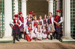 De leden van de Poolse volksdans GAIK die gemeenschappelijke foto's voor geheugen maken Stock Fotografie