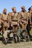 De leden van de Rode club van de Stergeschiedenis dragen historische Sovjet eenvormig tijdens het historische weer invoeren van W Royalty-vrije Stock Afbeelding