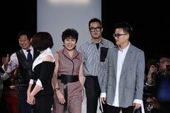 De leden van het ontwerpteam lopen de baan bij de Naersi-modeshow Stock Foto