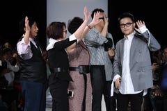 De leden van het ontwerpteam lopen de baan bij de Naersi-modeshow Stock Afbeelding