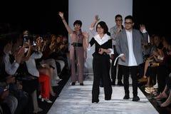 De leden van het ontwerpteam lopen de baan bij de Naersi-modeshow Stock Afbeeldingen