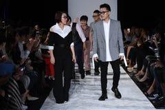 De leden van het ontwerpteam lopen de baan bij de Naersi-modeshow Royalty-vrije Stock Afbeeldingen