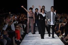 De leden van het ontwerpteam lopen de baan bij de Naersi-modeshow Stock Foto's