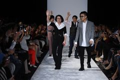 De leden van het ontwerpteam lopen de baan bij de Naersi-modeshow Royalty-vrije Stock Fotografie
