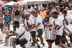 De leden van Volwassen Trommelgroep presteren bij het Festival van Atlanta Stock Foto's