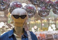 De ledenpop van houten vrouwen in een jeansjasje en zonnebril stock foto