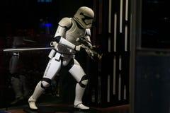 De Ledenpop van Star Wars Stormtrooper in opslagvenster om nieuwe film te bevorderen stock afbeelding