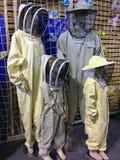 De ledenpoppen kleedden zich als familie van bijenbewaarders royalty-vrije stock afbeeldingen