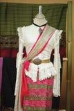 De ledenpoppen tonen het dragen van hand-woven zijdekleding stock afbeelding