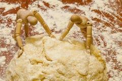 De ledenpoppen werken thuis keuken, Rusland Stock Foto