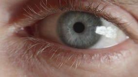 De leerling van oog versmalt na intens licht stock footage