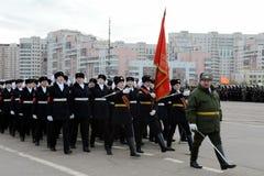 De leerlingen van het Pension van de Staat van Moskou treffen voor de parade op 7 November in Rood Vierkant voorbereidingen Stock Foto