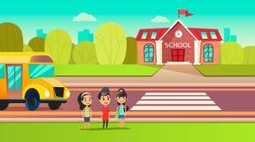 De leerlingen zijn dichtbij de schoolbus School over de weg Overgang voor de school De studenten gaan leren Stock Foto's