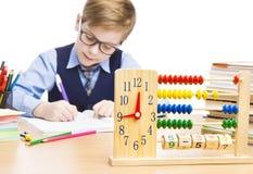 De Leerlingsonderwijs van het schoolkind, Kloktelraam, Studentenjongen het Schrijven Royalty-vrije Stock Afbeeldingen