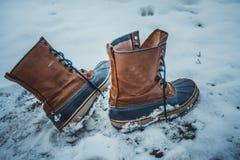De leerschoenen werden verlaten in de sneeuw alleen stock fotografie
