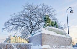 De leeuw bij de dijk van Admiraliteit van de Neva-rivier Stock Afbeelding