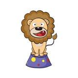 De leeuw van het circus op een voetstuk Royalty-vrije Stock Afbeeldingen