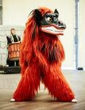 De leeuw van de Shisabeschermer het dansen, de traditionele mascotte van Okinawa en symb stock foto