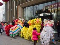 De leeuwdans, neemt aan de viering van Chinees Nieuwjaar deel Stock Afbeeldingen