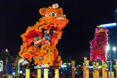 De leeuwdans toont om Maannieuwjaar, Vietnam te vieren Royalty-vrije Stock Foto