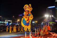 De leeuwdans toont om Maannieuwjaar, Vietnam te vieren Stock Afbeelding