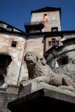 De leeuwstandbeeld van de steen, kasteel Orava stock fotografie