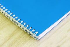 De lege blauwe van de het boek spiraalvormige kantoorbehoeften van de boek lege dekking de schoollevering voor de dekkingsontwerp Stock Afbeelding