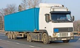 De lege blauwe vrachtwagen van de tractoraanhangwagen op achtergrond stock afbeeldingen