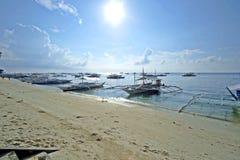 De lege boten dokten in Alona Beach in Panglao-Stad, Filippijnen Stock Afbeelding