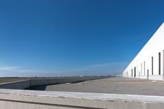 De lege bouw met blauwe hemel stock fotografie