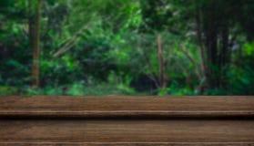 De lege bovenkant van de stap grunge donkere houten lijst met onduidelijk beeldboom in tropisch Stock Foto's