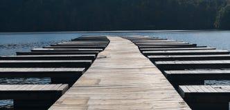 De lege de bootdokken en meertrossen na boten worden verwijderd stock afbeelding