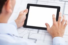 De lege digitale tablet van de zakenmanholding over blauw Royalty-vrije Stock Afbeeldingen