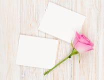 De lege fotokaders en roze namen over houten lijst toe Stock Foto's