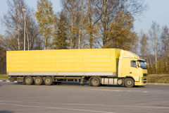 De lege gele semi vrachtwagen van de tractoraanhangwagen stock afbeeldingen