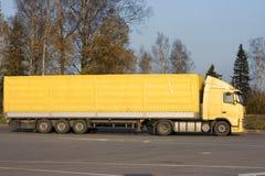 De lege gele semi vrachtwagen van de tractoraanhangwagen stock foto's