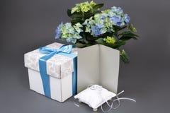 De lege giftkaart, boeket van hydrangea hortensia bloeit, giftdoos en wedd Royalty-vrije Stock Afbeelding