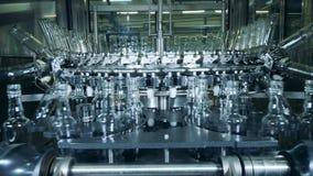 De lege glasflessen bewegen zich langs een industriële vervoerder stock video