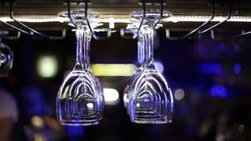 De lege glazen hingen over de bar stock footage