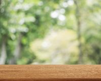 De lege houten bovenkant van het lijstmalplaatje op aard groene vage achtergrond voor montering van uw product op lijst stock foto's