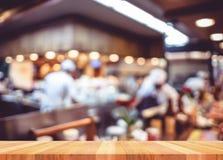 De lege houten lijst met de achtergrond van het onduidelijk beeldrestaurant, bespot omhoog Templat Royalty-vrije Stock Fotografie